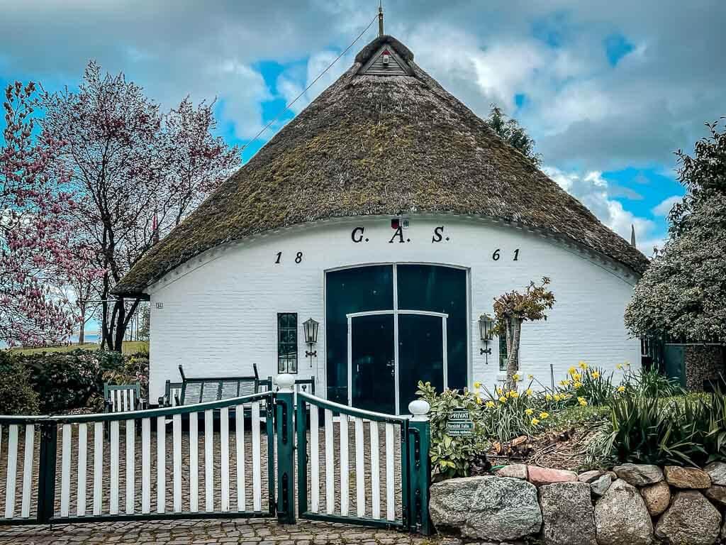 Typisches Reetachhaus im Dorf Sieseby am Ostseefjord Schlei.