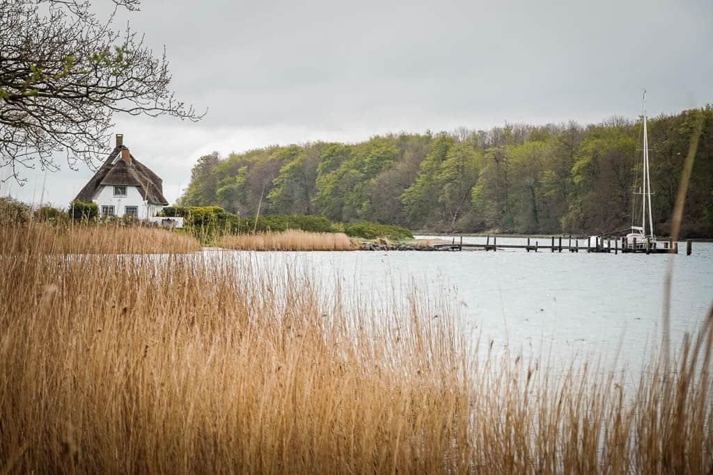 Ostseefjord Schlei-Idylle mit Reetdachhaus bei Rabelsund
