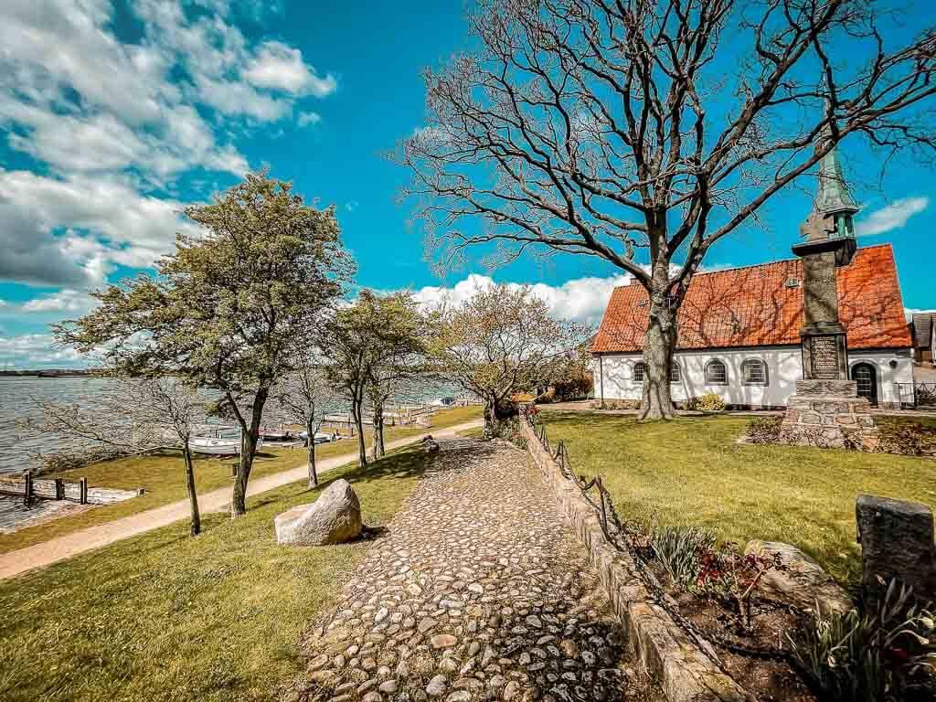 Maasholm- Die Schifferkirche St. Petri mit den historischen Kahnstellen am Ostseefjord Schlei