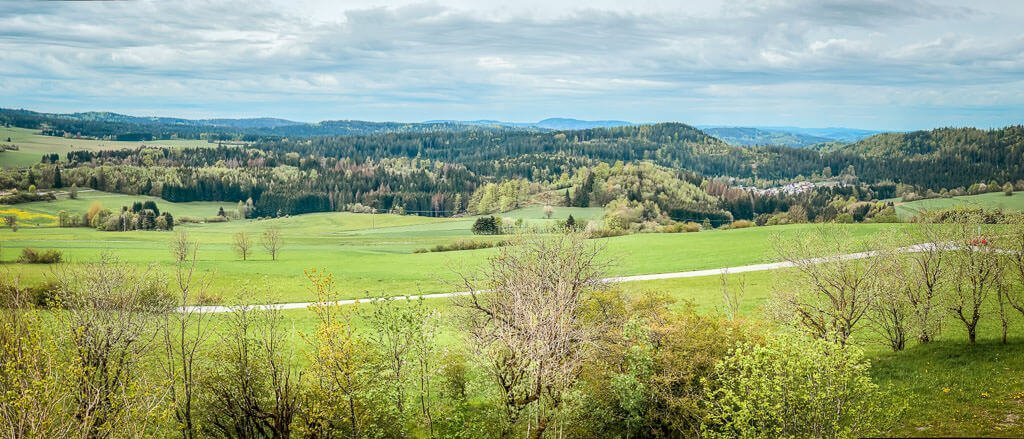 Weitblick mit Wald und Wiesen beim Wandern im Frankenwald