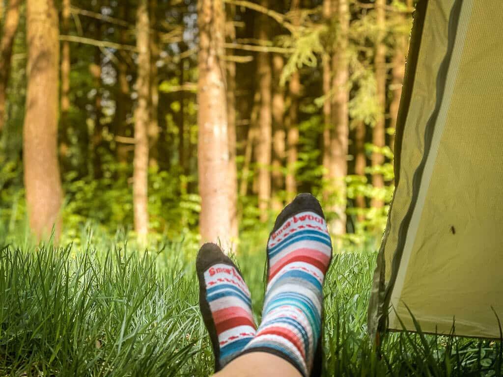 Socken im Zelt am Trekkingplatz Rehwiese im Frankenwald