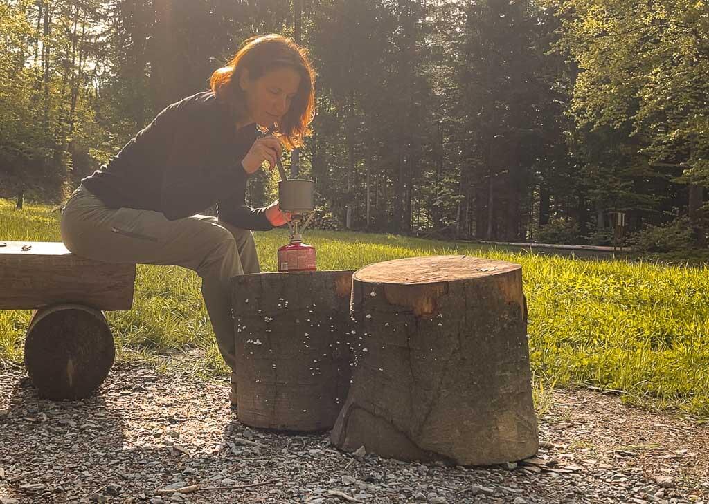 Couchflucht Sabrina Bechtold kocht Trekkingessen auf dem Trekkjngplatz Rehwiese im Frankenwald