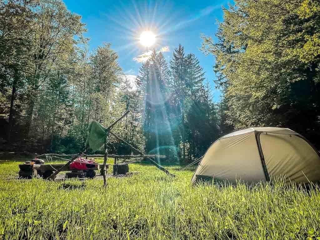 Frankenwald Trekkingplatz Rehwiese mit Zelt und Feuerstelle am Abend