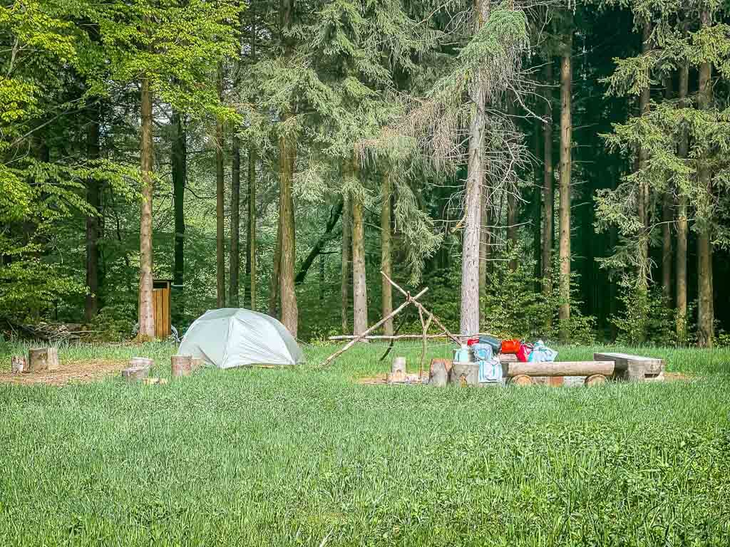 Frankenwald Trekkingplatz Rehwiese mit Zelt und Feuerstelle