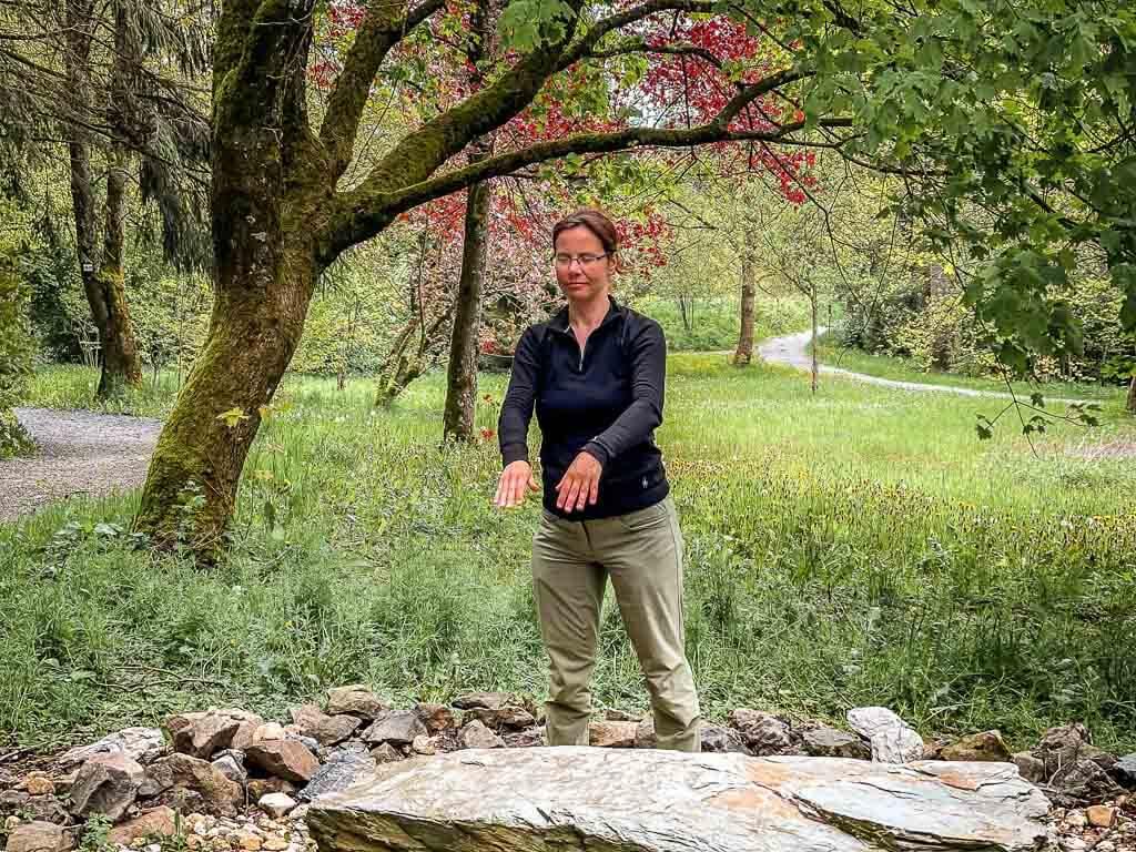 Couchflucht Sabrina Bechtold macht Qi Gong im Kurpark von Bad Steben