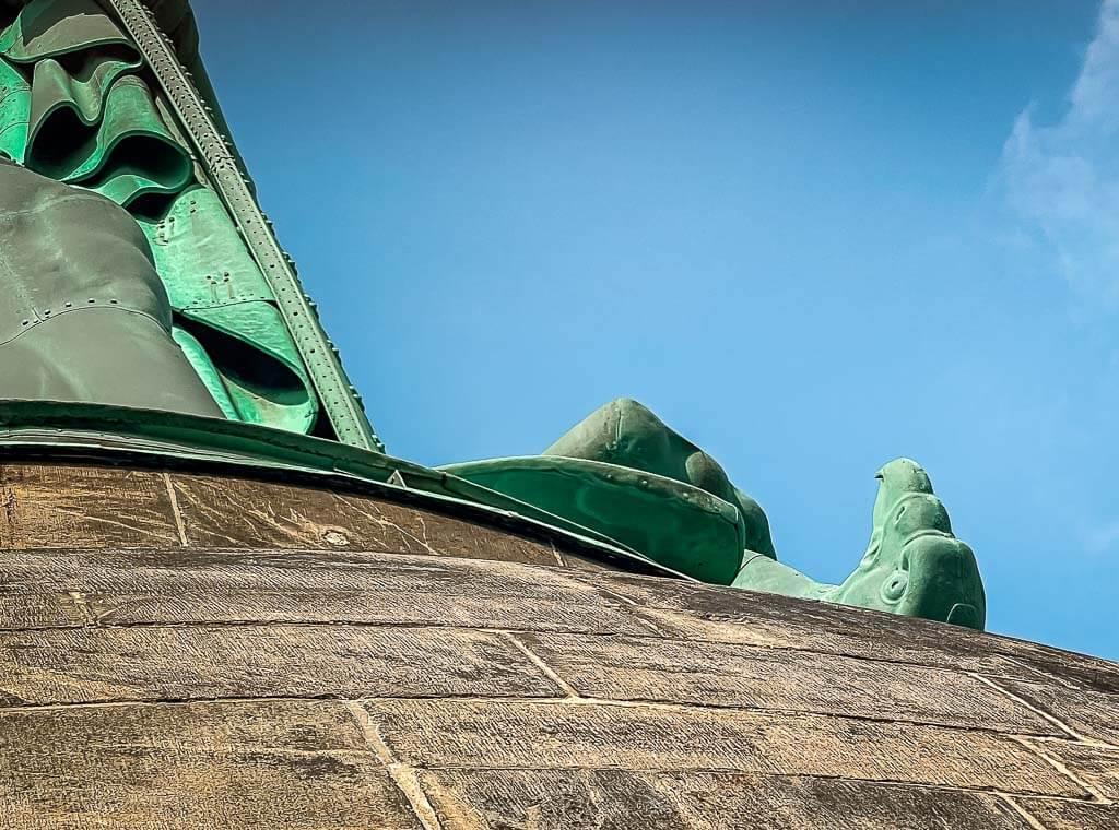 Adler an der Statue des Hermannsdenkmals in Detmold
