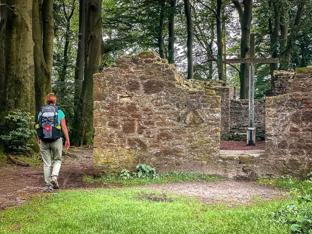 Couchflucht Sabrina Bechtold wandert an den Resten der Hünenkapelle auf dem Bergrücken des Tönsbergs in Oerlinghausen