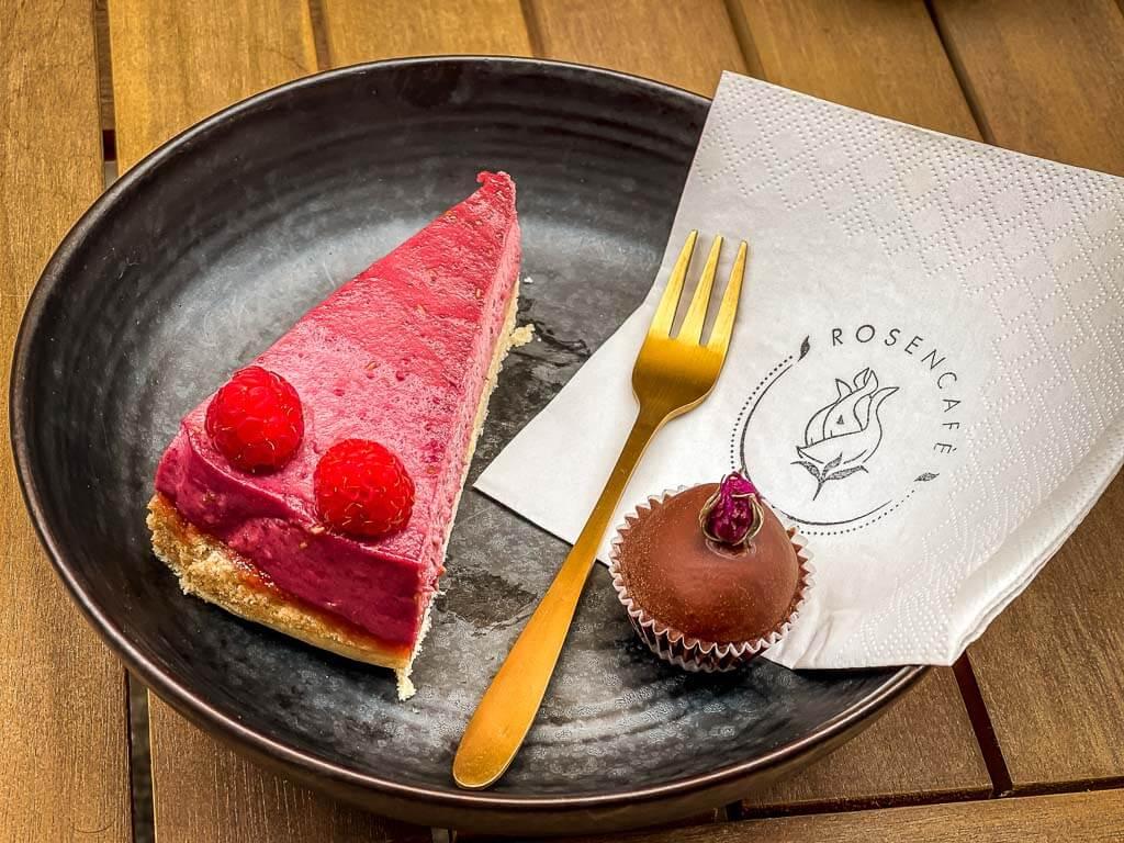 Kuchen und Rosenpraline im Rosencafé in Salzburg