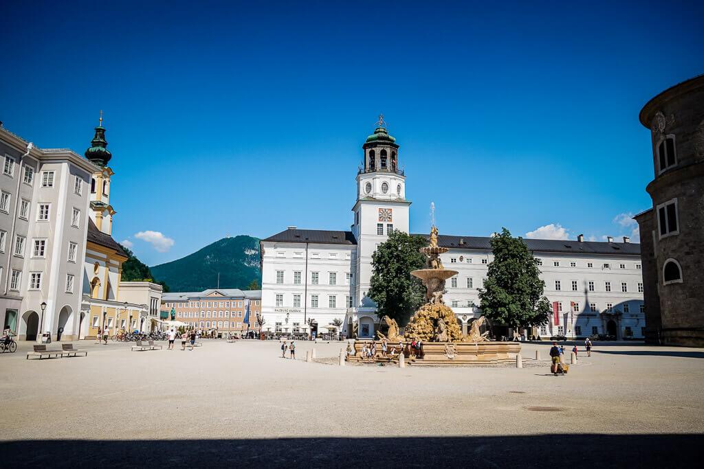 Salzburg Altstadt mit Domplatz, Brunnen und Kapitelplatz