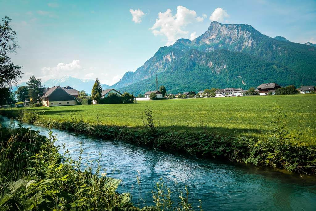 Salzburg Fahrradtour entlang des Almkanals mit Blick auf den Untersberg