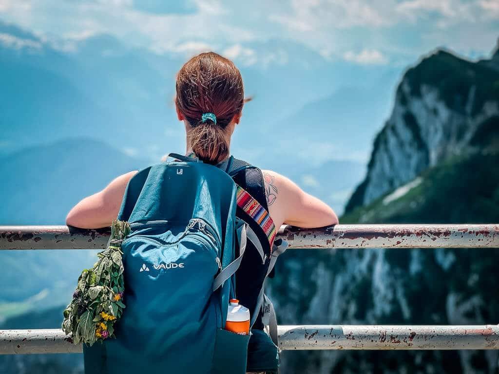 Salzburg wandern am Untersberg - Couchflucht geniesst die Aussicht vom Geiereck