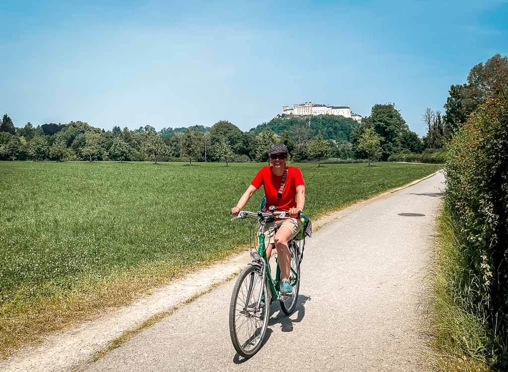 Salzburg Radtour zum Schloss Hellbrunn mit Blick auf die Festung Hohensalzburg