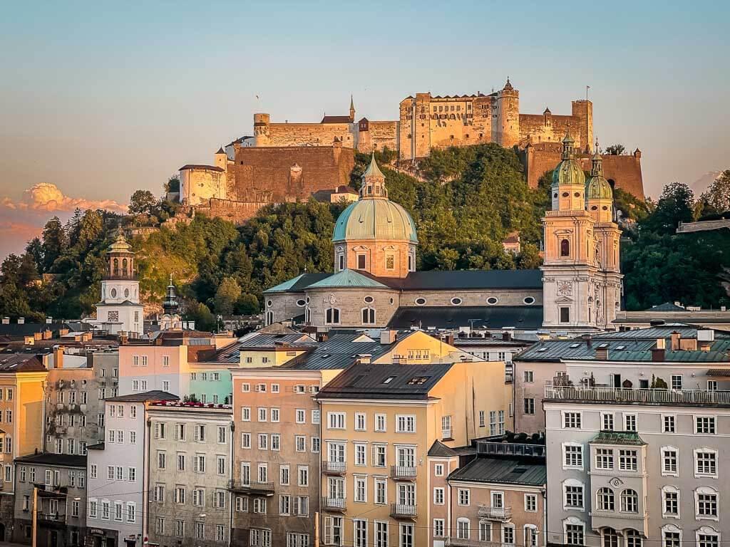 Ausblick von der Steinterrasse des Hotels Stein auf die Festung Hohensalzburg und die Altstadt