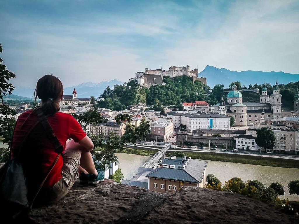 Salzburg Wandern auf dem Kapuzinerberg - Couchflucht genießt Aussicht auf Festung Hohensalzburg