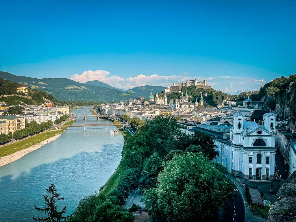 Salzburg wandern zur Humboldt Terrasse mit Ausblick auf die Salzach und Altstadt