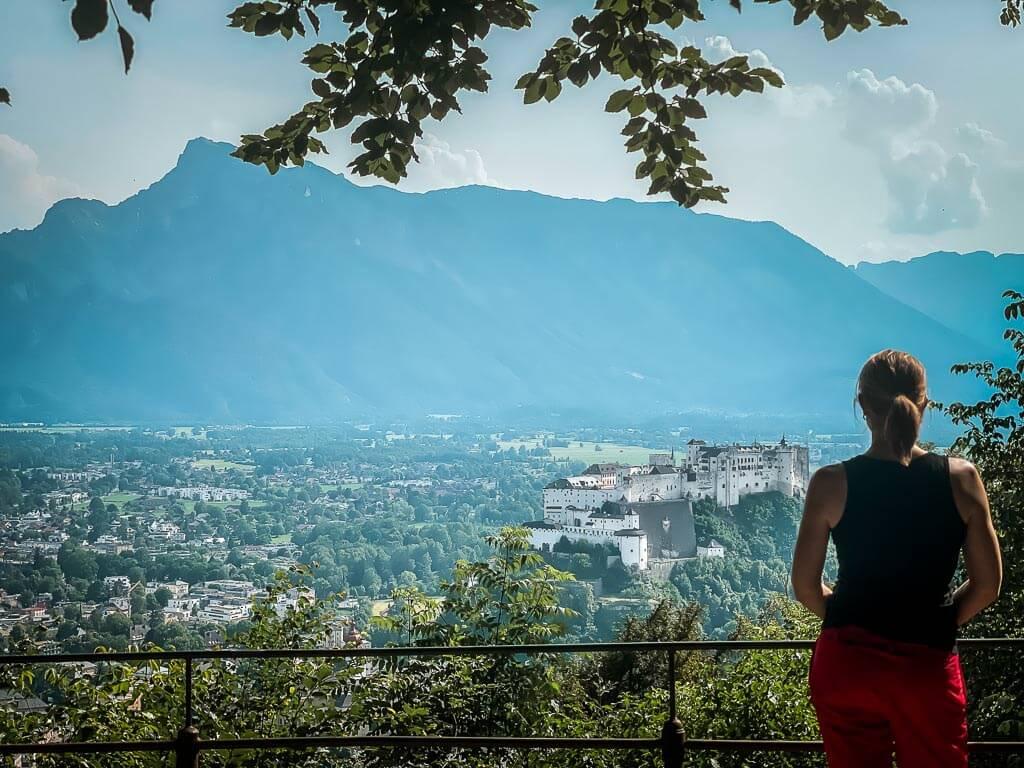 Ausblick vom Kapuzinerberg in Salzburg auf den Untersberg und die Festung Hohensalzburg