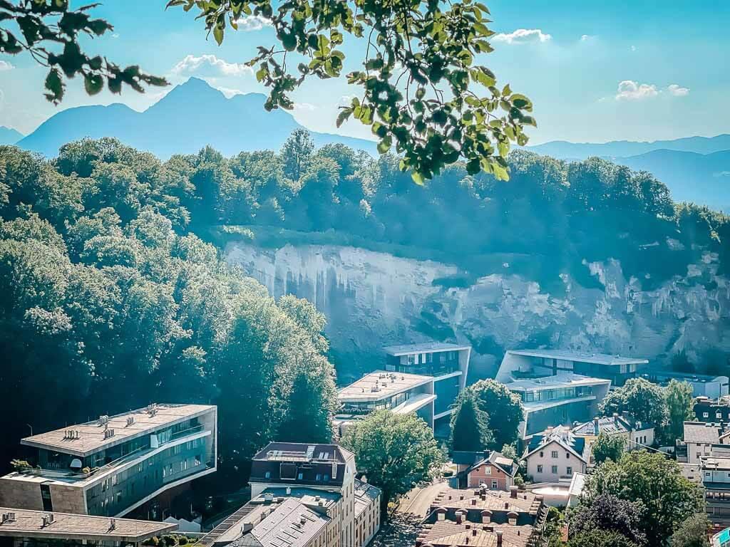 Salzburg wandern am Mönchsberg mit Blick auf den Rainberg