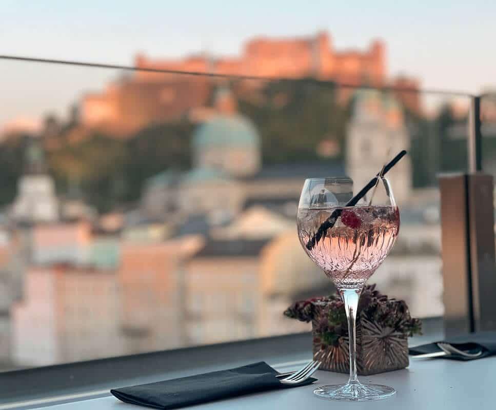Salzburg Hotel Stein- Dachterrasse Steinterrasse mit Cocktail und Festungsblick