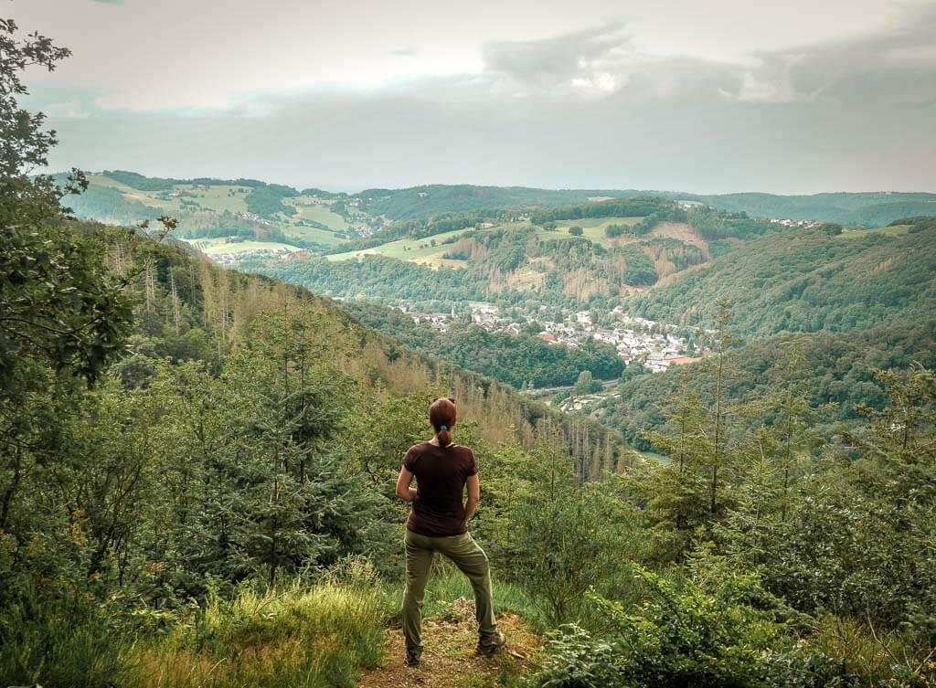 Couchflucht Sabrina Bechtold genießt die Aussicht vom Bärenkopp im Westerwald