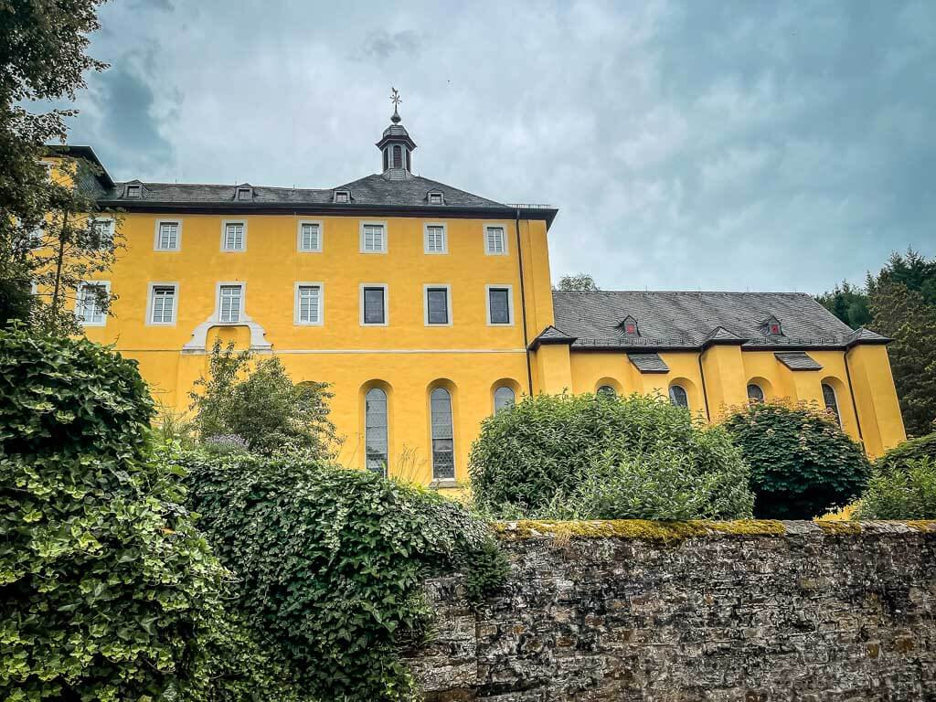 Wandern im Westerwald auf dem Westerwaldsteig am Kloster Marienthal