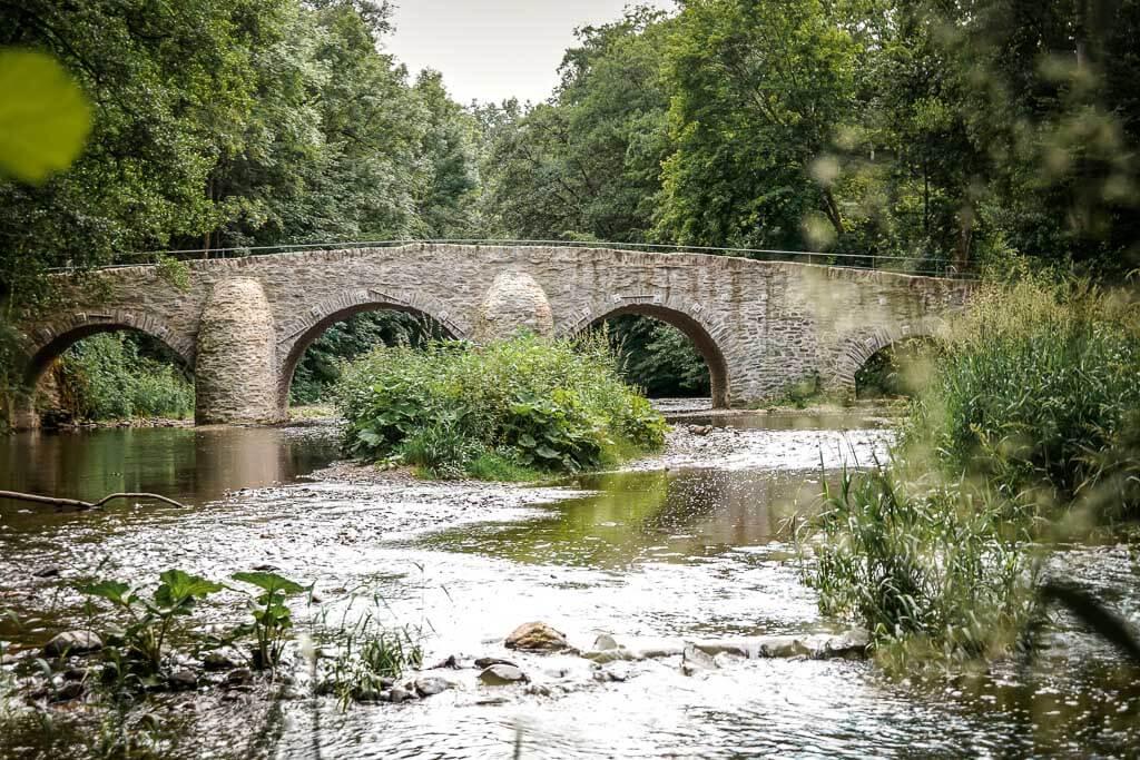 Alte Steinbrücke über die Nister am Kloster Marienstatt
