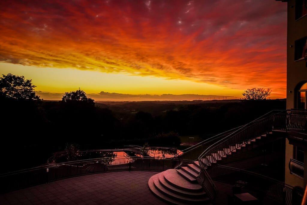 Sonnenuntergang von der Terrasse des Parkhotels Hachenburg im Westerwald