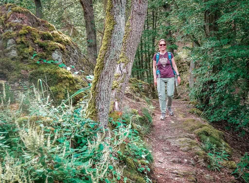 Wandern in Westerwald auf einem Waldpfad zum Bärenkopp