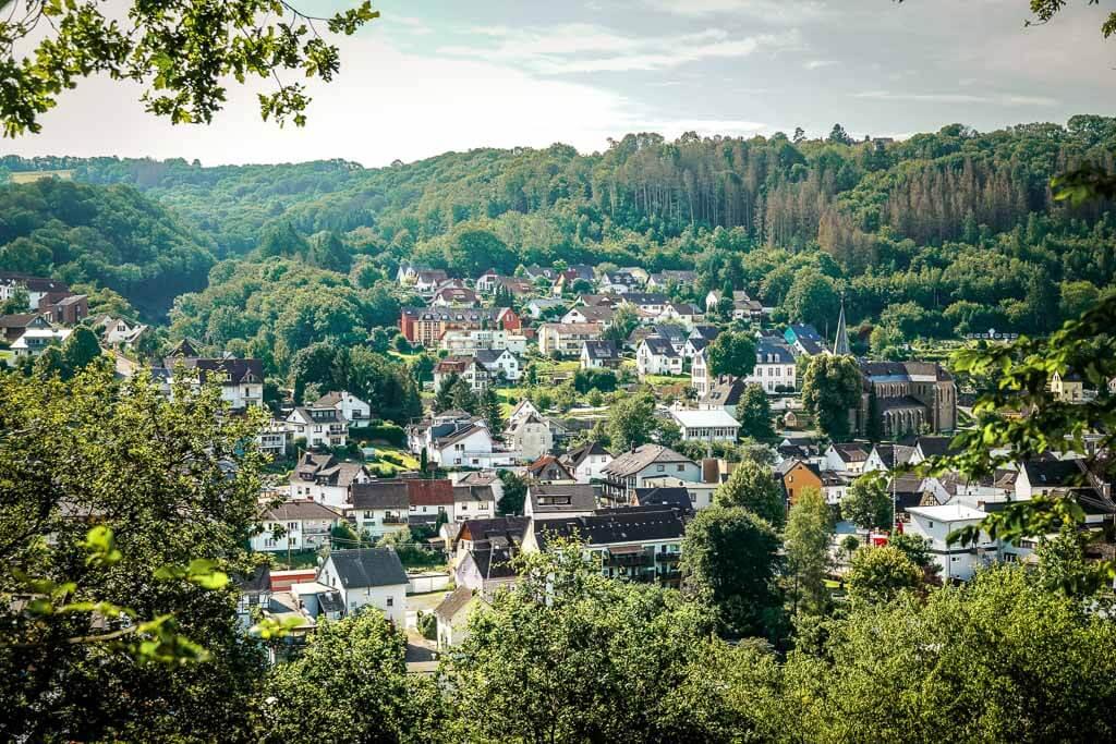 Wandern im Westerwald mit Ausblick auf Waldbreitbach auf der Wäller Tour Bärenkopp