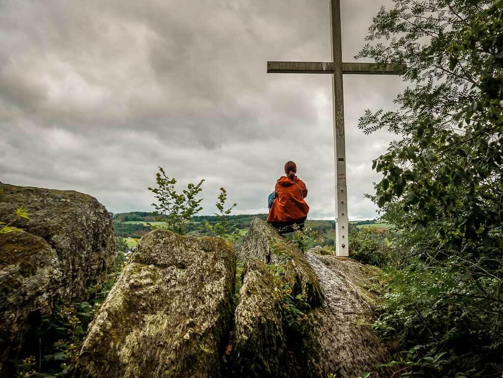 Couchflucht Sabrina Bechtold genießt die Aussicht an der Hohen Ley auf dem Westerwaldsteig