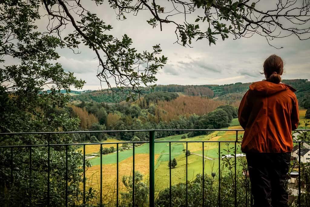 Wandern im Westerwald auf dem Westerwaldsteig am Aussichtspunkt Spitze Ley