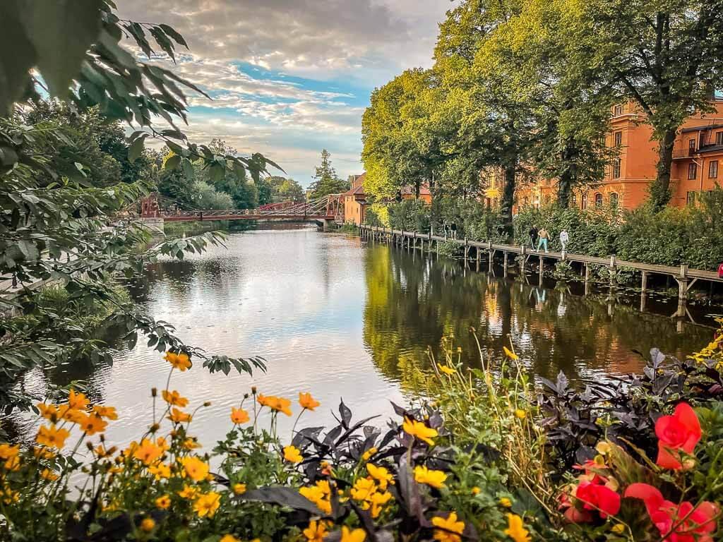 Uppsala Fluss Fyrisan und Blumen