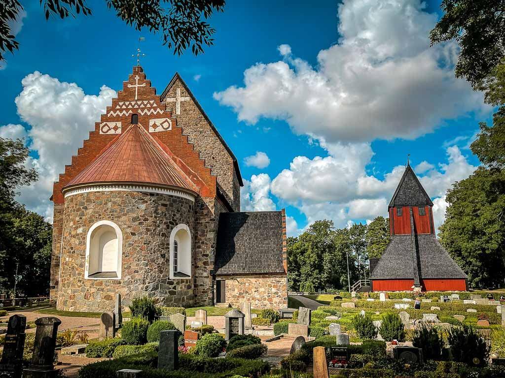Kirche und Glockenturm in Gamla Uppsala