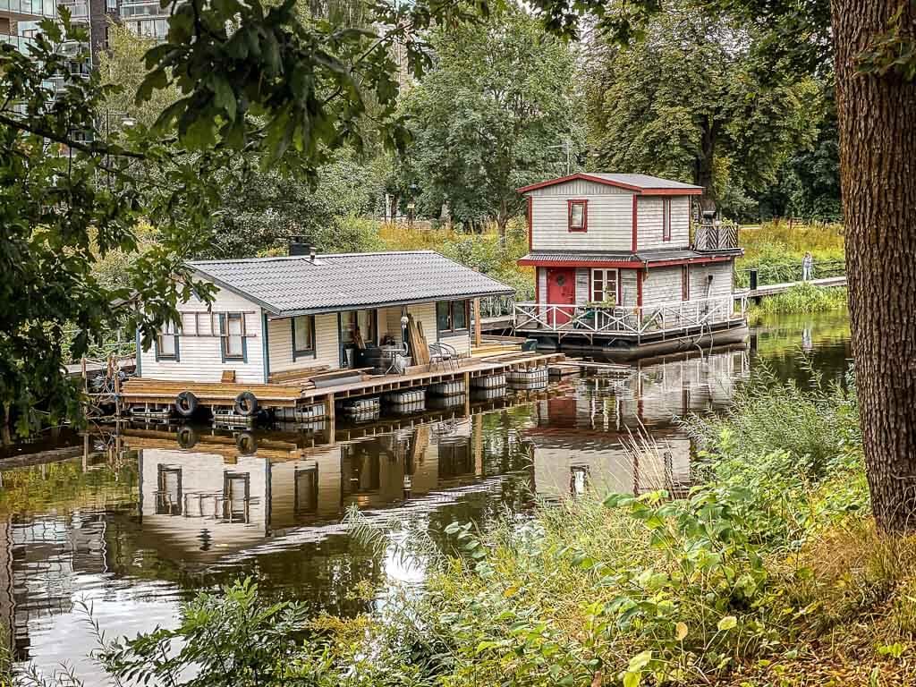 Hausboote auf dem Fyrisan Fluss in Uppsala
