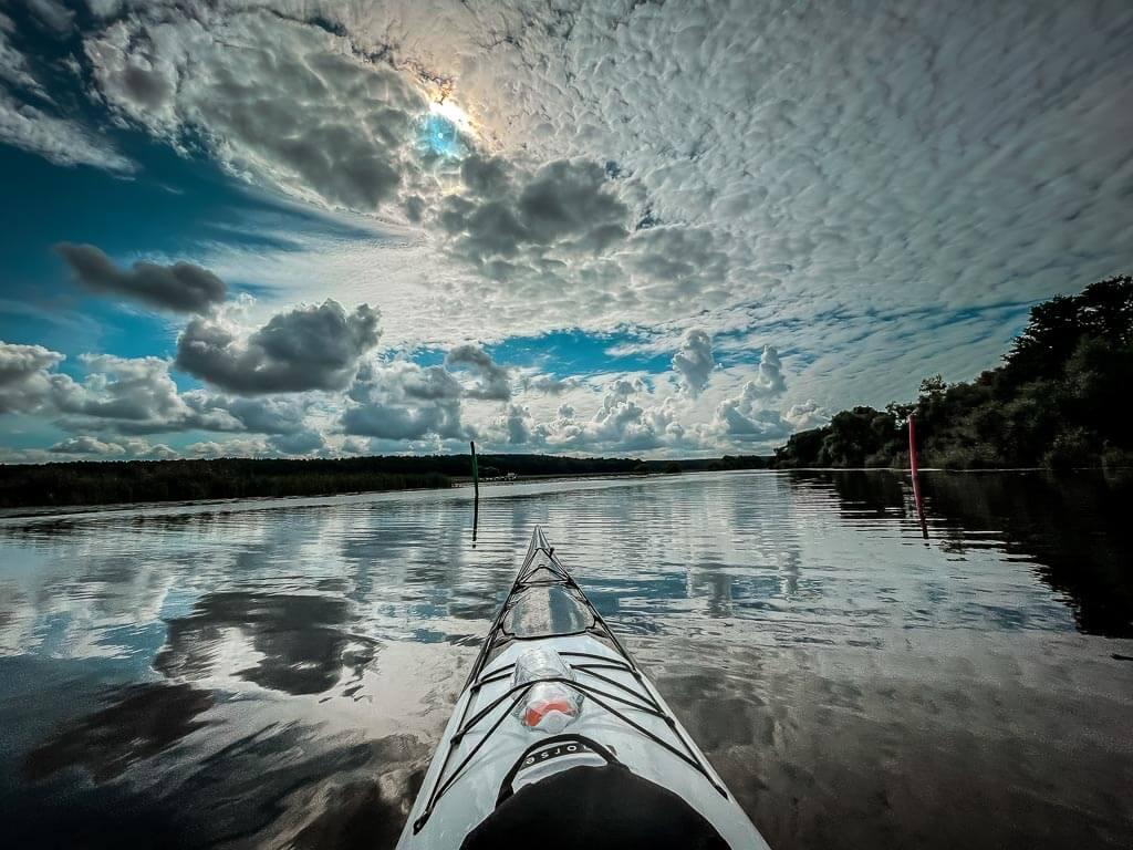 Kajak Tour in Uppsala auf dem Fluss Fyrisan mit Wolkenstimmung