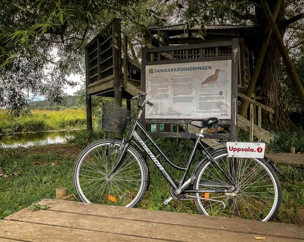 Fahrrad vor dem Vogelbeobachtungsturm auf dem Danmarksvandringen in Uppsala