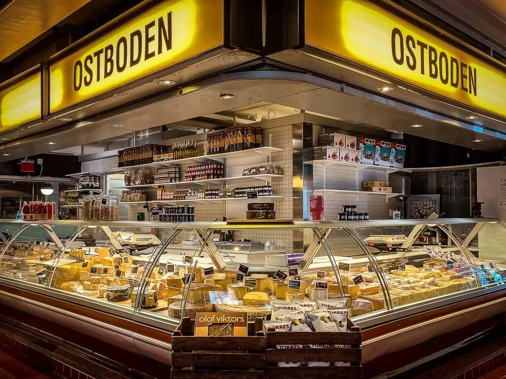 Käsetheke in der Saluhallen Markthalle von Uppsala