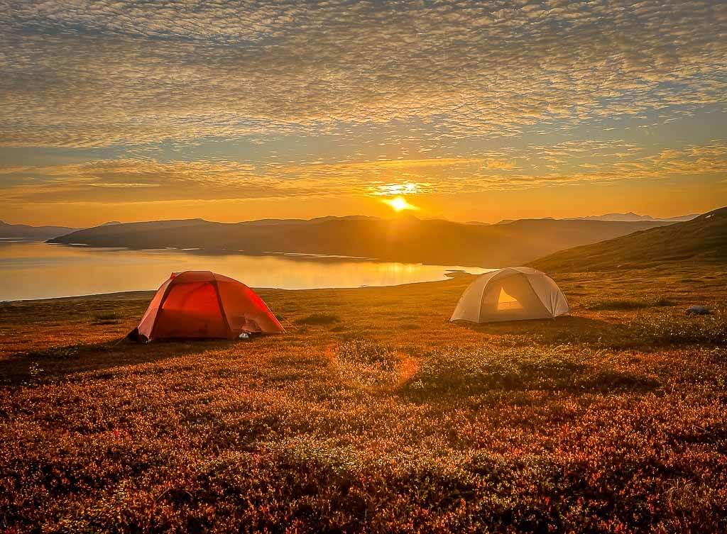 Zwei Zelte von Big Agnes Copper Spur beim Sonnenuntergang auf dem Padjelantaleden
