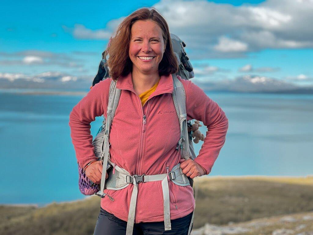 Couchflucht Sabrina Bechtold mit Vaude Fleecejacke beim Trekking mit Zelt auf dem Padjelantaleden