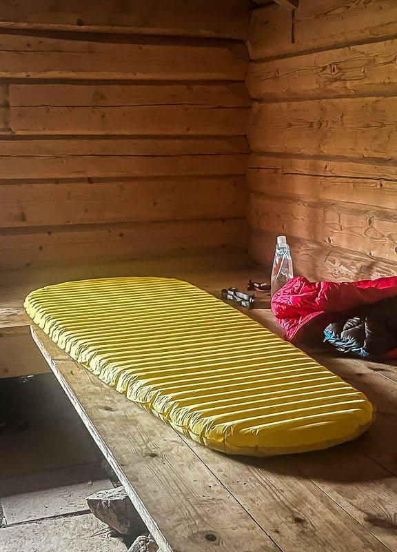 Isomatte Therm-a-Rest Neo Air X Lite in schwedischer Hütte