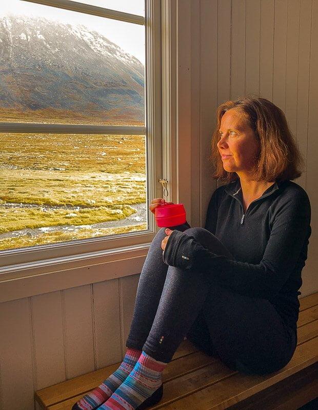 Couchflucht Sabrina Bechtold mit Smartwool Merinokleidung in der Sälka Hütte auf dem Kungsleden