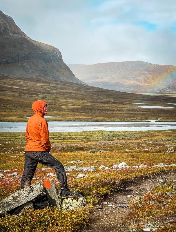 Couchflucht Sabrina Bechtold mit Regenhose beim Trekking auf dem Kungsleden