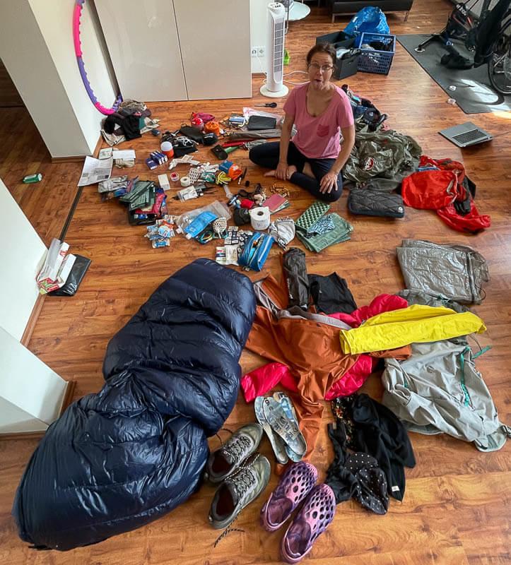 Couchflucht Sabrina Bechtold im Packchaos vor dem Trekking in Lappland