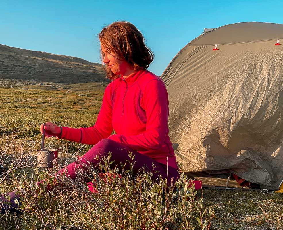 Couchflucht Sabrina Bechtold beim Trekking mit Zelt in Devold of Norway Merinokleidung