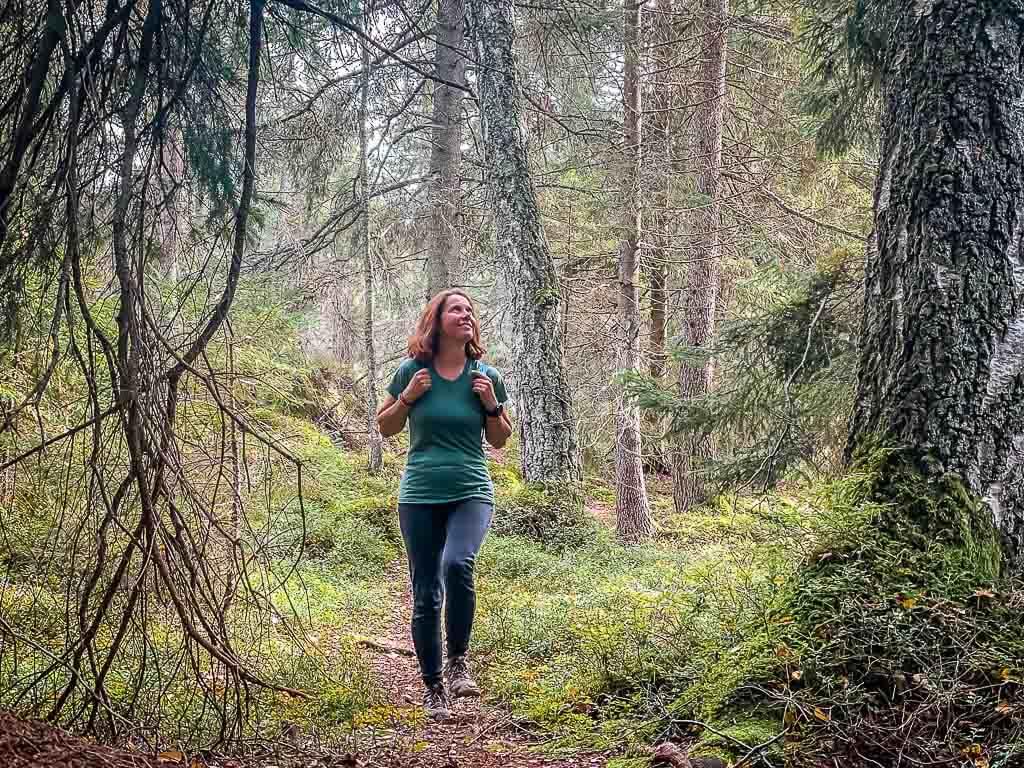 Couchflucht Sabrina Bechtold in Smartwool Merinokleidung beim Wandern in Schweden