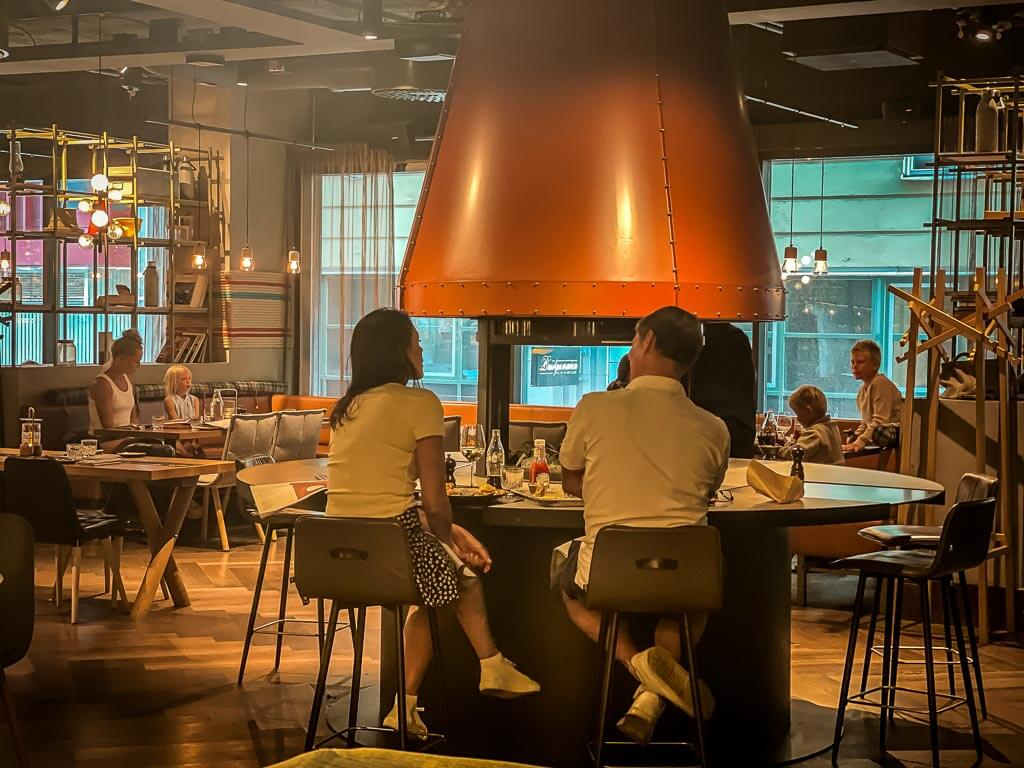 Grillrestaurant im Downtown Camper Hotel in Stockholm