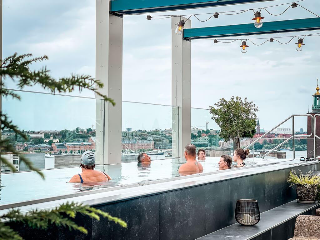 Downtown Camper Stockholm Außenpool im Wellnessbereich