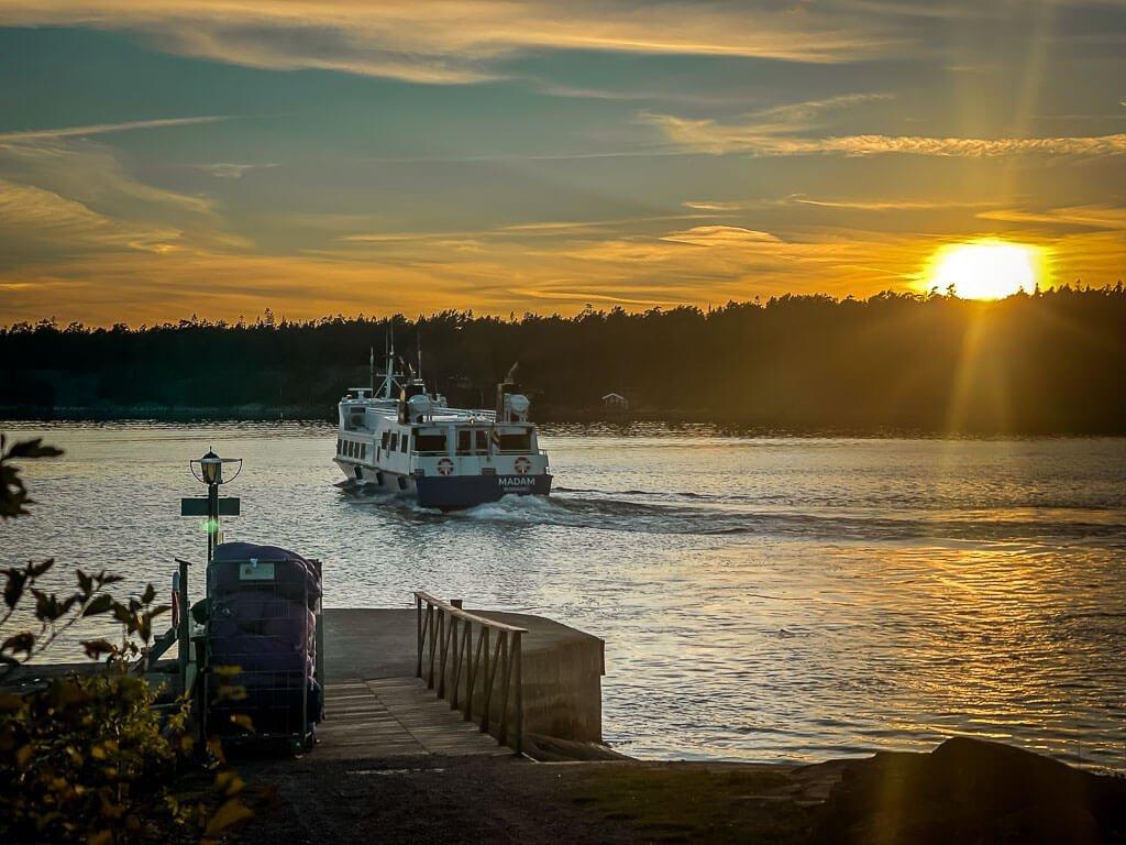 Fähre im Sonnenuntergang an der Insel Idöborg im Stockholmer Schärengarten